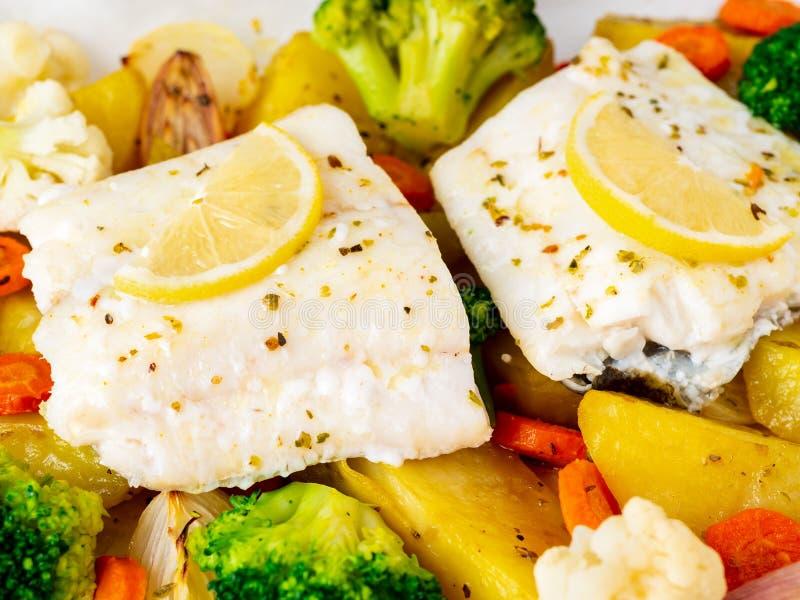 Βακαλάος ψαριών που ψήνεται με τα λαχανικά - υγιή υγιή τρόφιμα διατροφής Ligh στοκ εικόνα με δικαίωμα ελεύθερης χρήσης
