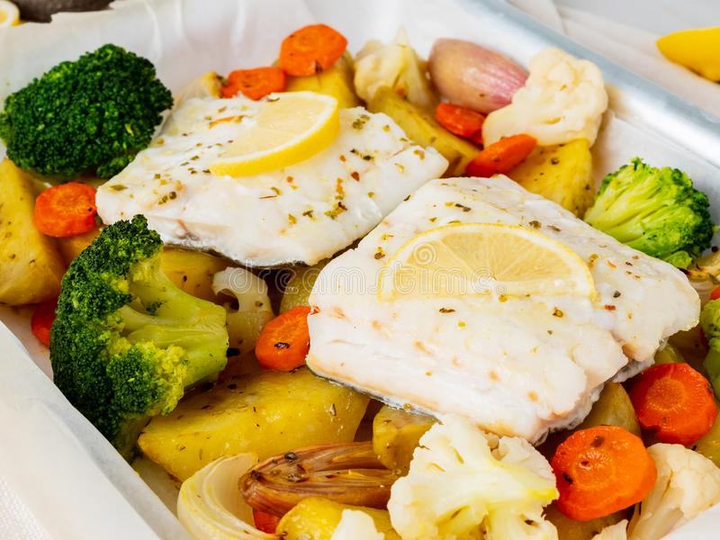 Βακαλάος ψαριών που ψήνεται με τα λαχανικά - υγιή υγιή τρόφιμα διατροφής Ligh στοκ εικόνες
