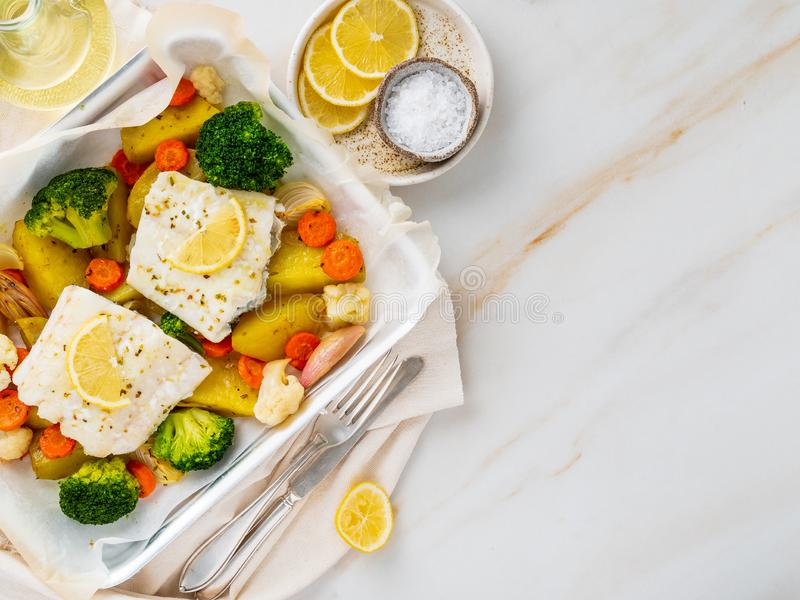 Βακαλάος ψαριών που ψήνεται στο φούρνο με τα λαχανικά - υγιής υγεία διατροφής στοκ εικόνες