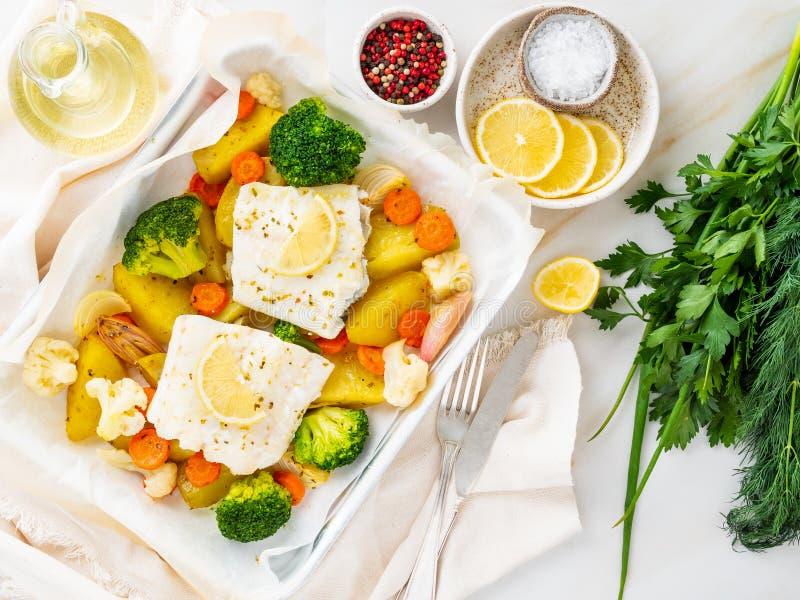 Βακαλάος ψαριών που ψήνεται στο φούρνο με τα λαχανικά - υγιής υγεία διατροφής στοκ φωτογραφίες