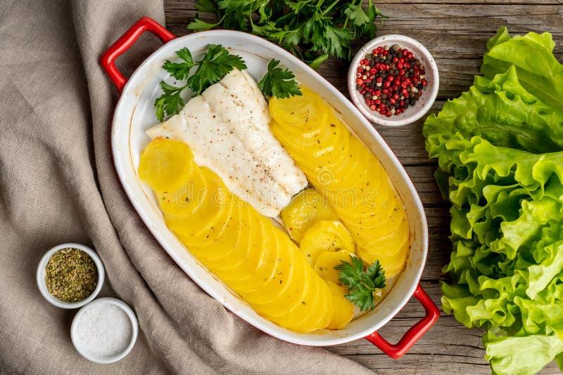 Βακαλάος ψαριών που ψήνεται στο φούρνο με τις πατάτες και το καρύκευμα - υγιεινή διατροφή FO στοκ φωτογραφίες