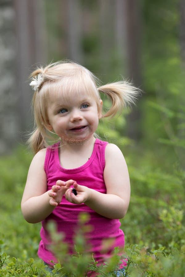 Βακκίνια μιας ευτυχή μικρών κοριτσιών επιλογής στοκ εικόνες
