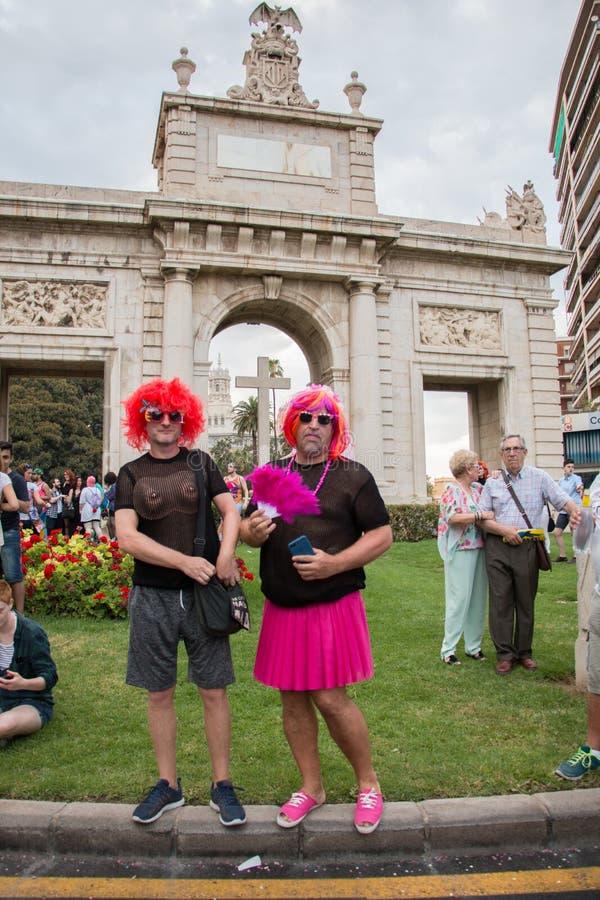 Βαλένθια, Ισπανία - 16 Ιουνίου 2018: Δύο άνθρωποι στην ομοφυλοφιλική ημέρα υπερηφάνειας παρελαύνουν μπροστά από ένα μνημείο με έν στοκ εικόνα με δικαίωμα ελεύθερης χρήσης