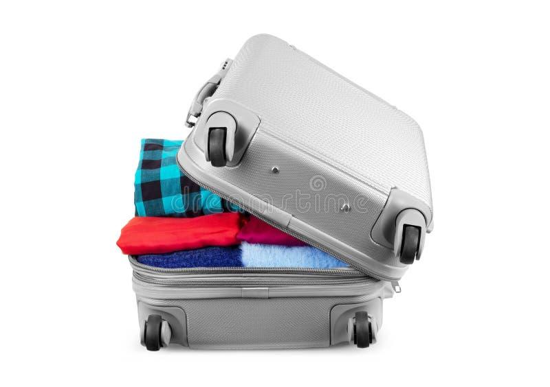Βαλίτσα με τα πράγματα για να ταξιδεψει κάπου κοντά στο νερό για τα έξοδα των θερινών διακοπών που απομονώνονται στο λευκό στοκ φωτογραφία με δικαίωμα ελεύθερης χρήσης
