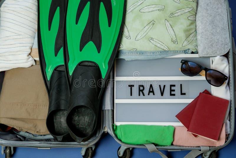 Βαλίτσα που συσκευάζεται ανοικτή για το ταξίδι άλλοι μου βλέπουν τις εργασίες θερινών διακοπών Τοπ όψη στοκ φωτογραφίες