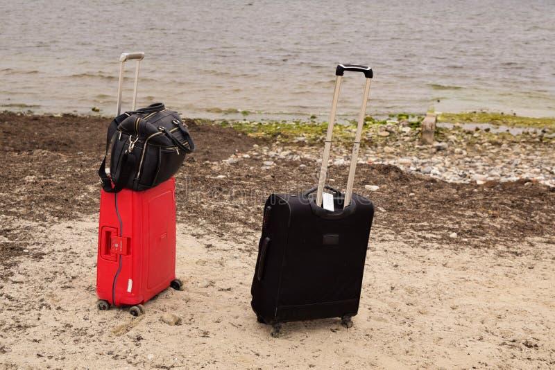 Βαλίτσα στην παραλίαδιάθεση ταξιδιού στοκ εικόνα