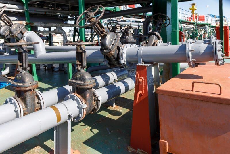 Βαλβίδες πυλών και σωληνώσεις για τη φόρτωση και την απαλλαγή του υγρού φορτίου στο λάδι-χημικό βυτιοφόρο στοκ φωτογραφίες με δικαίωμα ελεύθερης χρήσης