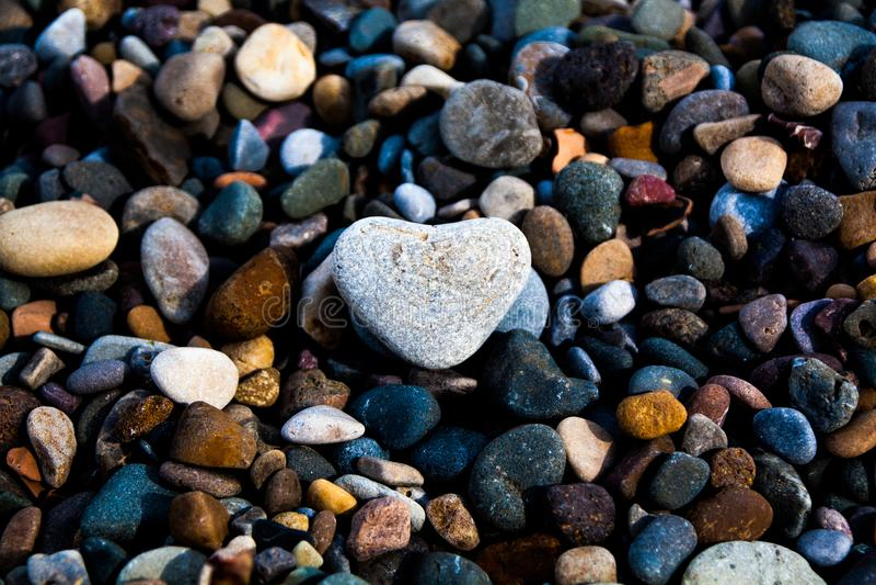 Βαλεντίνοι Stone σε μια παραλία χαλικιών στοκ φωτογραφίες με δικαίωμα ελεύθερης χρήσης