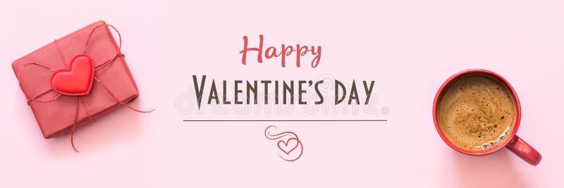 βαλεντίνος καρτών s Φλιτζάνι του καφέ και δώρο με την αγάπη στο ροζ Τοπ όψη στοκ εικόνες