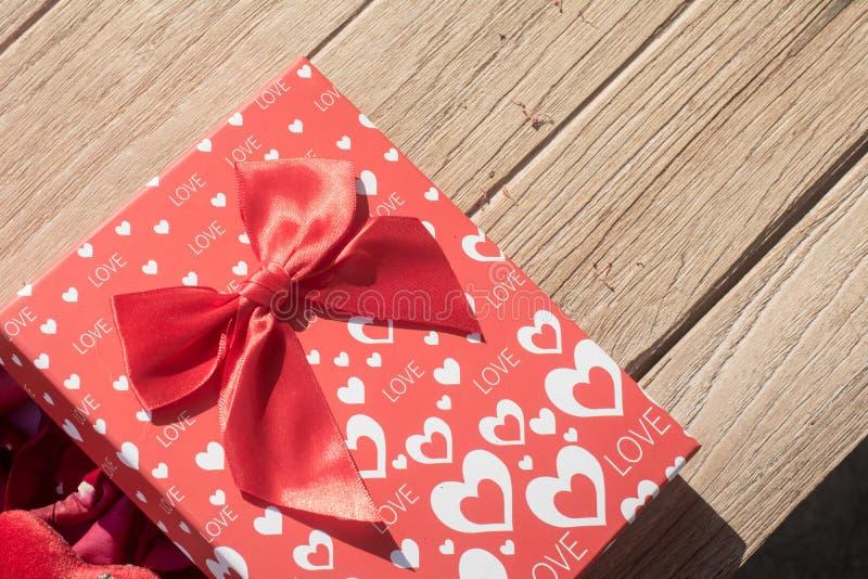 βαλεντίνος χαιρετισμού s ημέρας καρτών Τοπ άποψη σχετικά με τη ρομαντική σύνθεση με το διάστημα αντιγράφων κιβωτίων δώρων στο ξύλ στοκ εικόνες