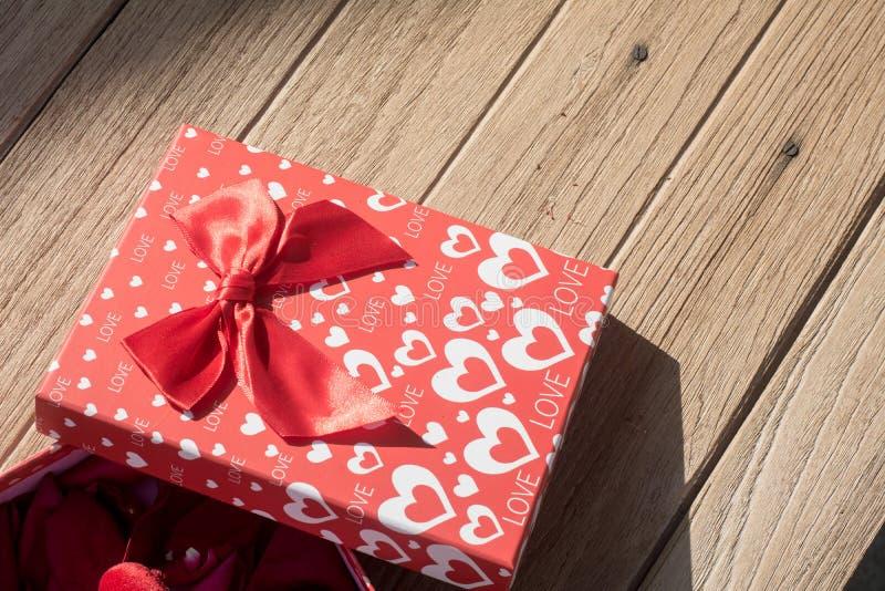 βαλεντίνος χαιρετισμού s ημέρας καρτών Τοπ άποψη σχετικά με τη ρομαντική σύνθεση με το διάστημα αντιγράφων κιβωτίων δώρων στο ξύλ στοκ φωτογραφία με δικαίωμα ελεύθερης χρήσης