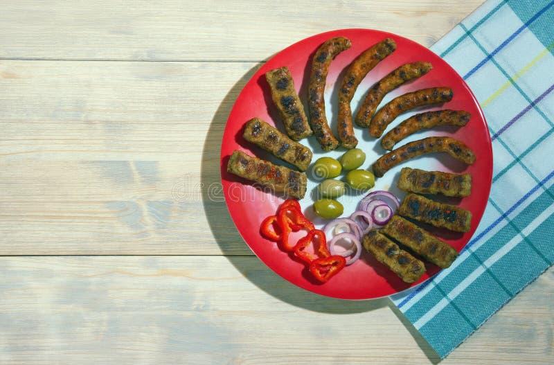 E Cevapi και kobasica - ψημένο στη σχάρα πιάτο του κιμά Επίπεδος βάλτε, ελεύθερου χώρου για το κείμενο στοκ εικόνα με δικαίωμα ελεύθερης χρήσης