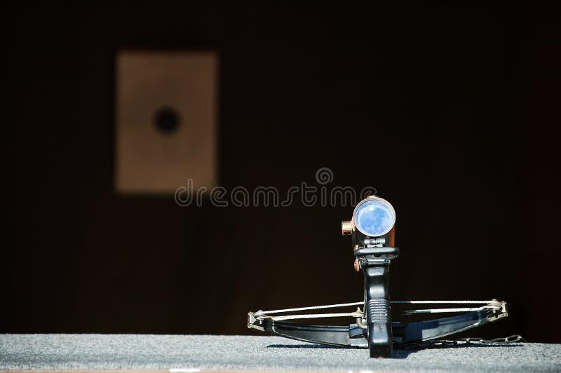 Βαλλίστρα για το πυροβολισμό στο στόχο στοκ φωτογραφία με δικαίωμα ελεύθερης χρήσης