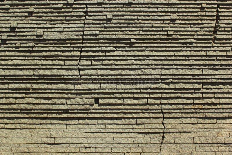 Βαλμένο σε στρώσεις υπόβαθρο τοίχων πετρών με τις ρωγμές στοκ εικόνα