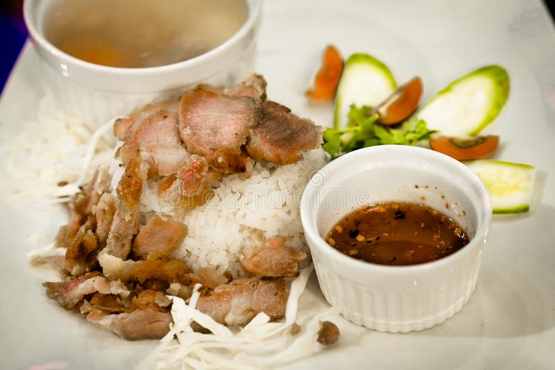 Βαλμένο φωτιά χοιρινό κρέας στο ρύζι με τη σούπα και την ταϊλανδική σάλτσα ύφους στοκ εικόνα