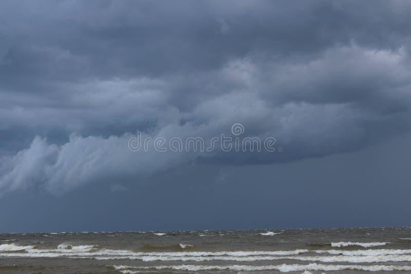 βαλτική Εσθονία κοντά στη θάλασσα somethere Ταλίν Καλοκαίρι Δραματικά σύννεφα θύελλας πέρα από τη θάλασσα στοκ φωτογραφία με δικαίωμα ελεύθερης χρήσης