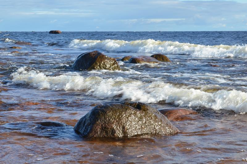 Βαλτικό seascape: ο ρόλος κυμάτων θάλασσας στις πέτρες στοκ εικόνες με δικαίωμα ελεύθερης χρήσης