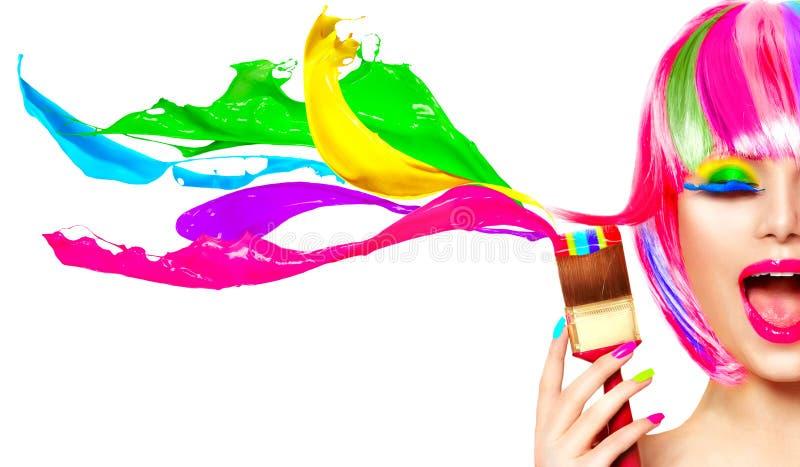 Βαμμένη έννοια χιούμορ τρίχας Πρότυπη γυναίκα ομορφιάς που χρωματίζει την τρίχα της στοκ εικόνες με δικαίωμα ελεύθερης χρήσης