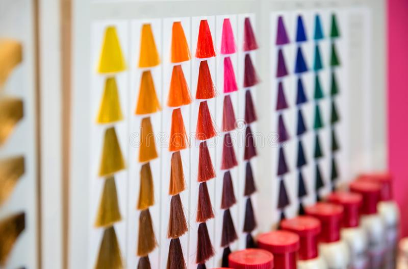 Βαμμένη τρίχα παλέτα σκιών χρώματος hairdressing στο σαλόνι στοκ εικόνες