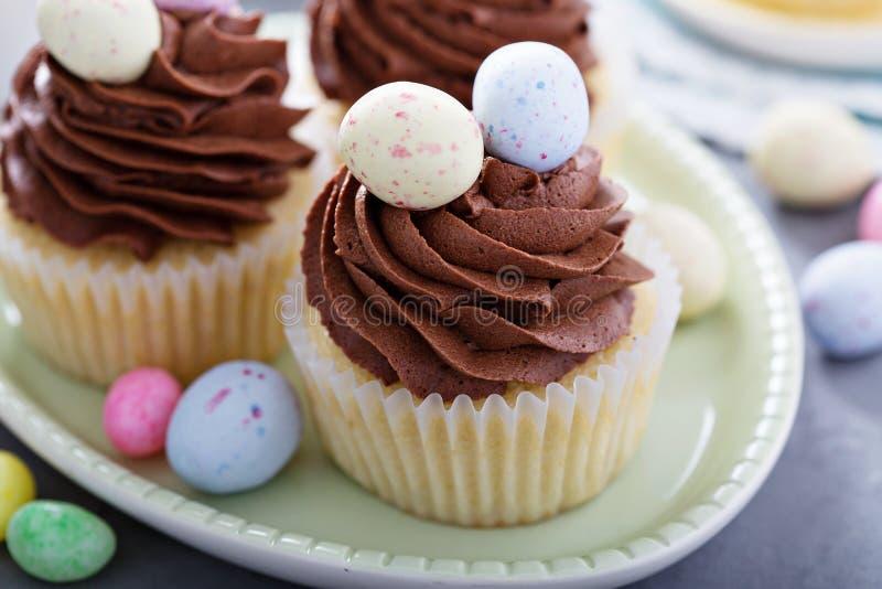 Βανίλια Πάσχας cupcakes με το πάγωμα σοκολάτας στοκ εικόνες με δικαίωμα ελεύθερης χρήσης