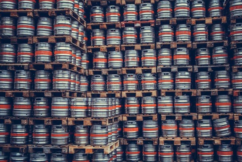 Βαρέλια μπύρας στις παλέτες στο ζυθοποιείο στοκ φωτογραφία με δικαίωμα ελεύθερης χρήσης