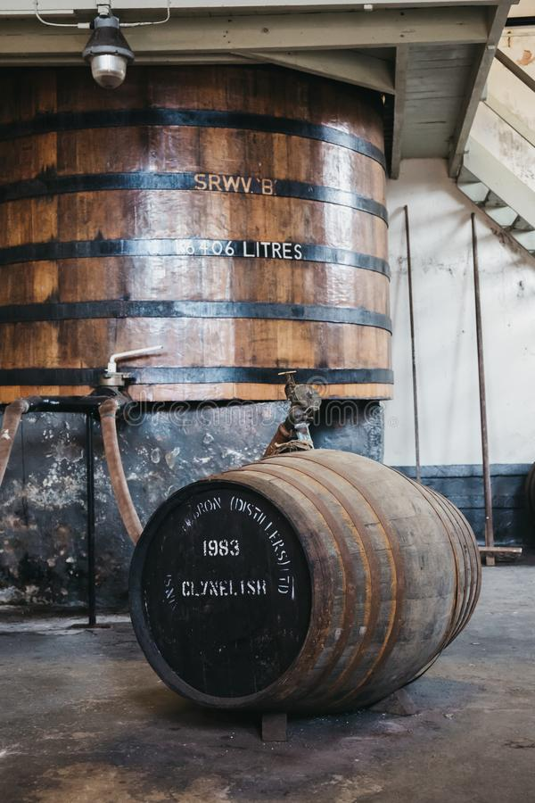 Βαρέλια του ουίσκυ Clynelish μέσα στην οινοπνευματοποιία Brora, Σκωτία στοκ εικόνες