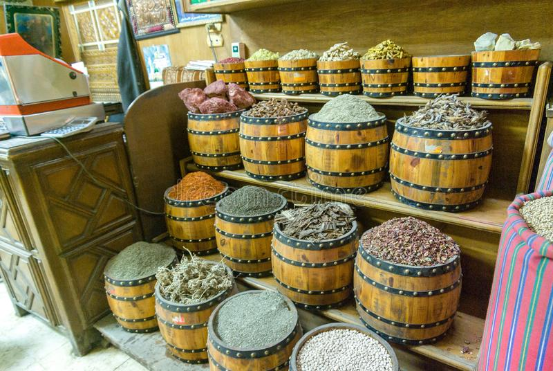 Βαρέλια των καρυκευμάτων και των οσπρίων για την πώληση που τοποθετείται στα ράφια για την πώληση σε ένα παζάρι στοκ φωτογραφίες
