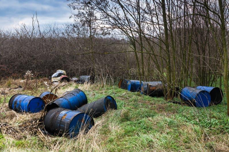 Βαρέλια των τοξικών αποβλήτων στη φύση στοκ εικόνα