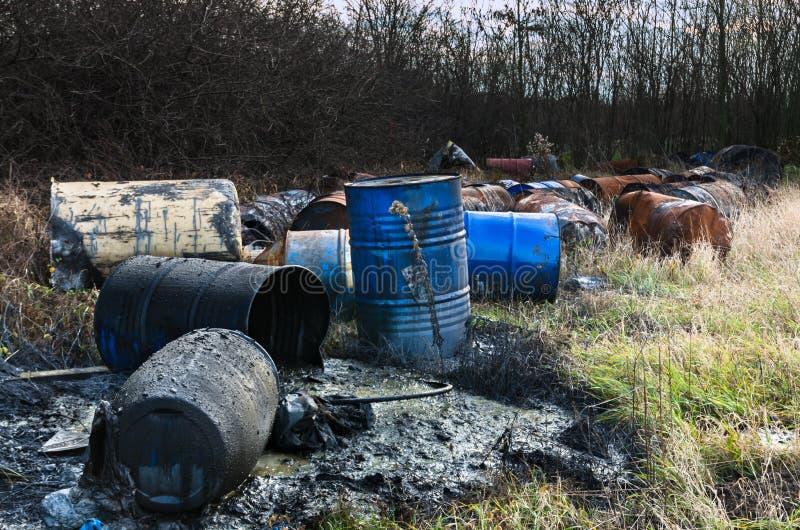 Βαρέλια των τοξικών αποβλήτων στη φύση στοκ φωτογραφία