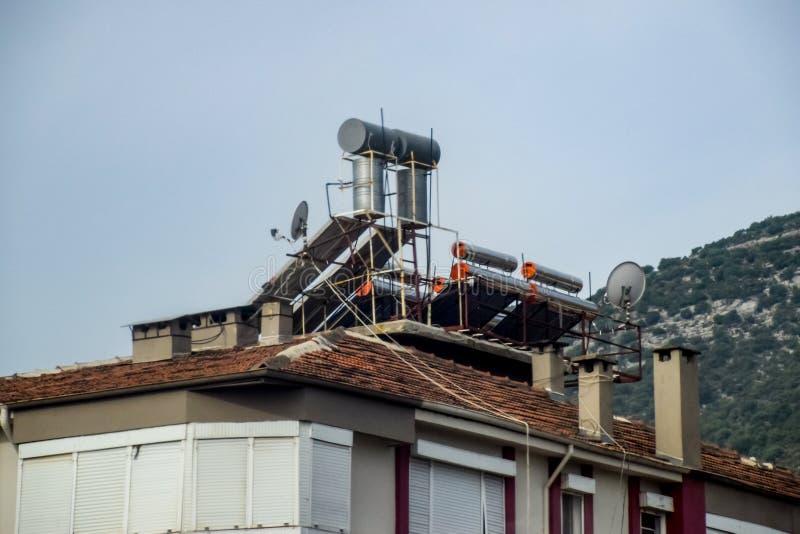 Βαρέλια χάλυβα των λεβήτων με το νερό στη στέγη ενός κτηρίου στο νερό θερμότητας στοκ φωτογραφίες