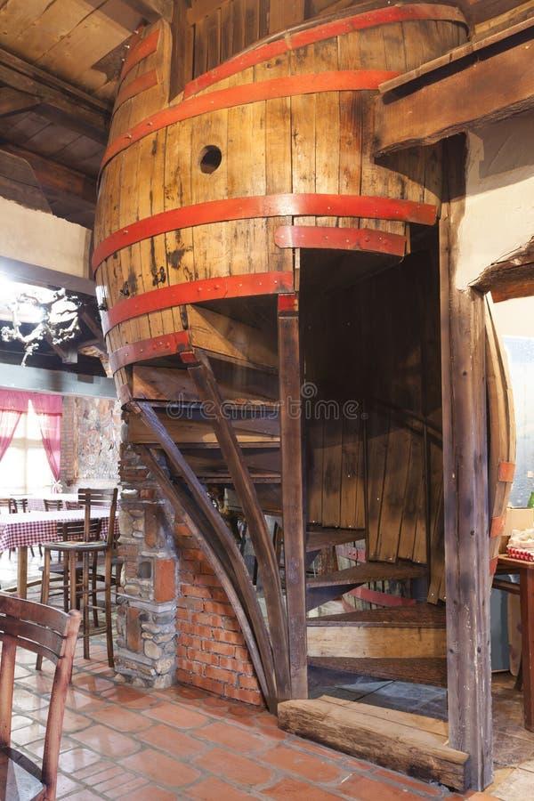 Βαρελοειδή σκαλοπάτια σε ένα παλαιό μπαρ στοκ φωτογραφίες