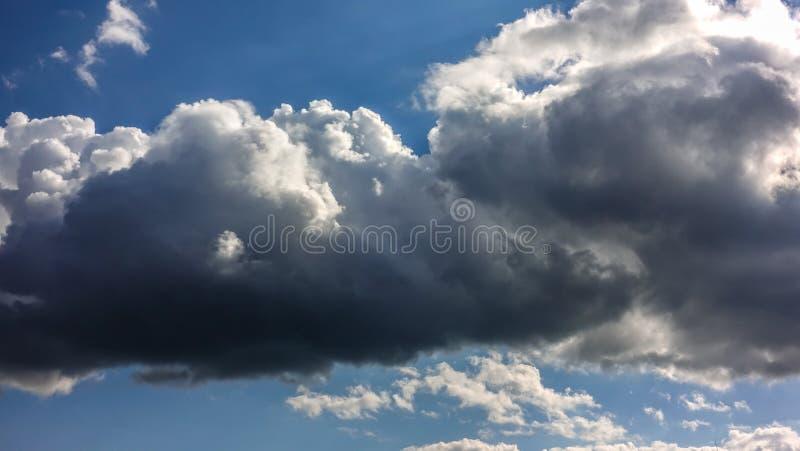 Βαριά σύννεφα πριν από τη βροχή στοκ φωτογραφίες