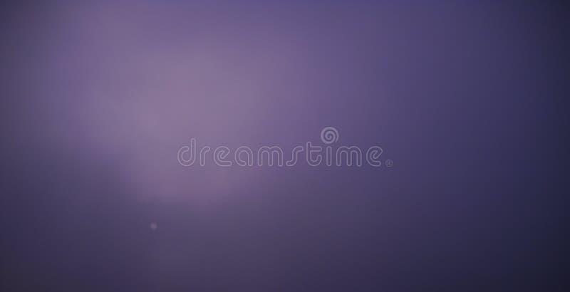 Βαριά χειμερινή ομίχλη και σχεδόν αόρατος πίσω ήλιων αυτό στοκ φωτογραφία