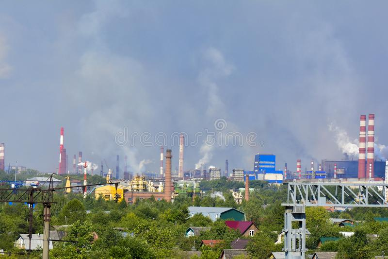 Βαριές βιομηχανικές καπνοδόχοι καπνού που προκαλούν τα προβλήματα ατμοσφαιρικής ρύπανσης Οι εκπομπές είναι ορατές πέρα από τις κα στοκ φωτογραφίες