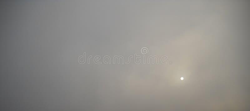 Βαριοί χειμερινοί ομίχλη και ήλιος πίσω από το στοκ φωτογραφία με δικαίωμα ελεύθερης χρήσης