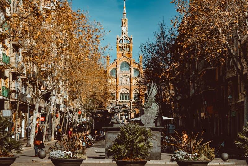 ΒΑΡΚΕΛΩΝΗ, ΙΣΠΑΝΙΑ: Άποψη μιας οδού που οδηγεί προηγούμενο Hospital de Λα Santa Creu ι Sant Πάου στη Βαρκελώνη, Ισπανία στοκ φωτογραφίες