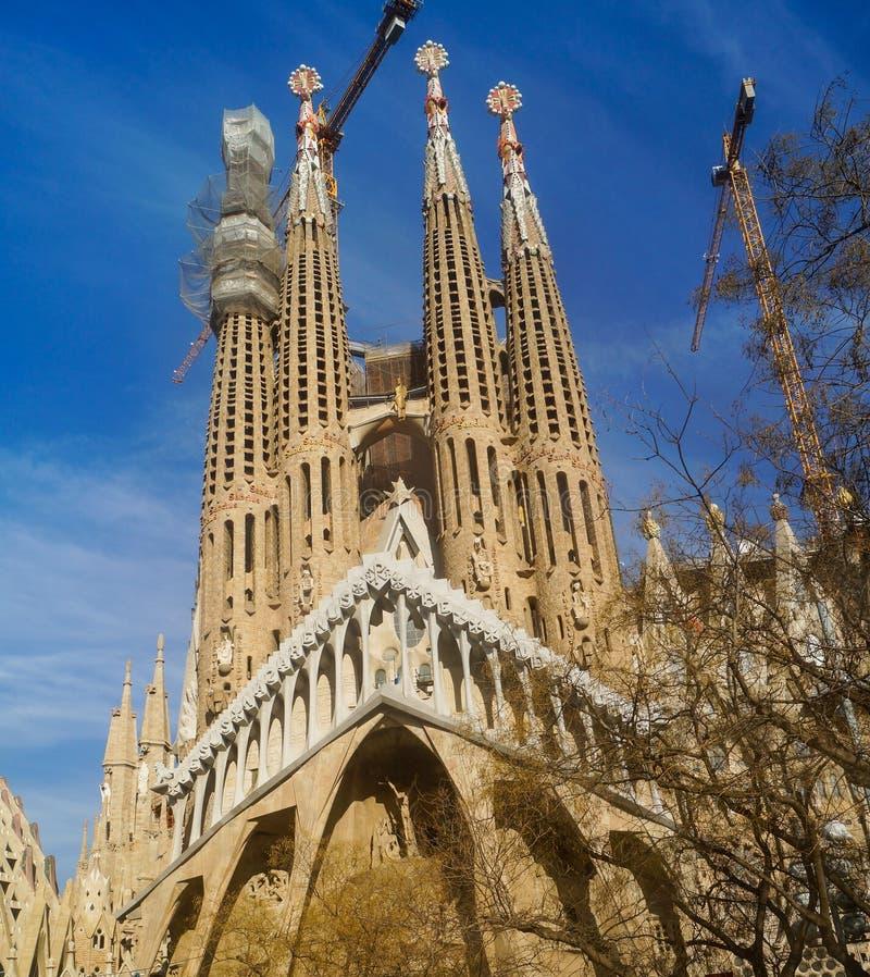 ΒΑΡΚΕΛΩΝΗ, ΙΣΠΑΝΙΑ - 9 Ιανουαρίου: Sagrada Familia στις 9 Ιανουαρίου 2018 με το υπόβαθρο μπλε ουρανού στη Βαρκελώνη, Ισπανία στοκ εικόνες