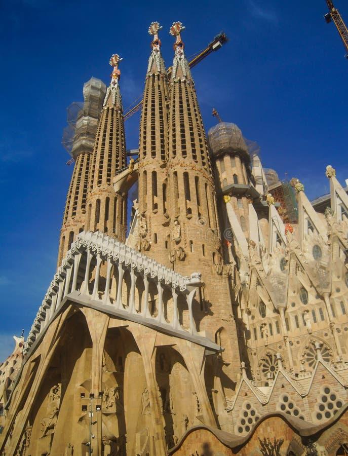 ΒΑΡΚΕΛΩΝΗ, ΙΣΠΑΝΙΑ - 9 Ιανουαρίου: Sagrada Familia στις 9 Ιανουαρίου 2018 με το υπόβαθρο μπλε ουρανού στη Βαρκελώνη, Ισπανία στοκ εικόνα