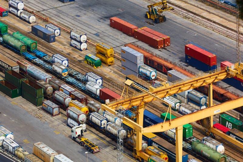 Βαρκελώνη, Ισπανία - 8 Απριλίου 2019: Εναέρια άποψη σχετικά με τη βιομηχανική φοράδα Combinato SL λιμένων Φορτηγά, φορτίο, σιδηρο στοκ φωτογραφίες με δικαίωμα ελεύθερης χρήσης