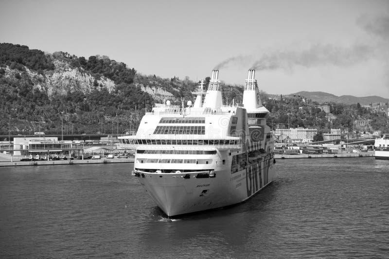 Βαρκελώνη, Ισπανία - 30 Μαρτίου 2016: ραψωδία Γένοβα κρουαζιερόπλοιων GNV στο λιμάνι Ταξίδι προορισμού κρουαζιερόπλοιων Καλοκαίρι στοκ εικόνες