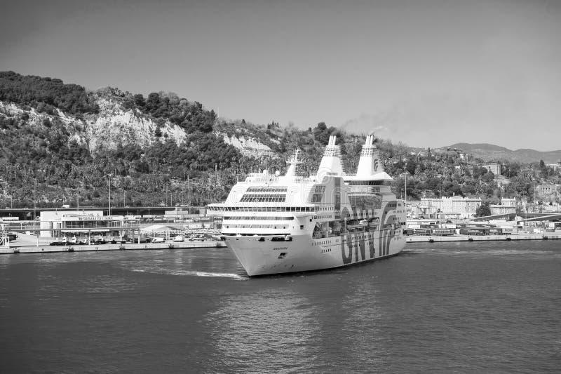 Βαρκελώνη, Ισπανία - 30 Μαρτίου 2016: ωκεάνια ραψωδία Γένοβα σκαφών της γραμμής GNV στο λιμάνι θάλασσας στα βουνά Προορισμός κρου στοκ εικόνα