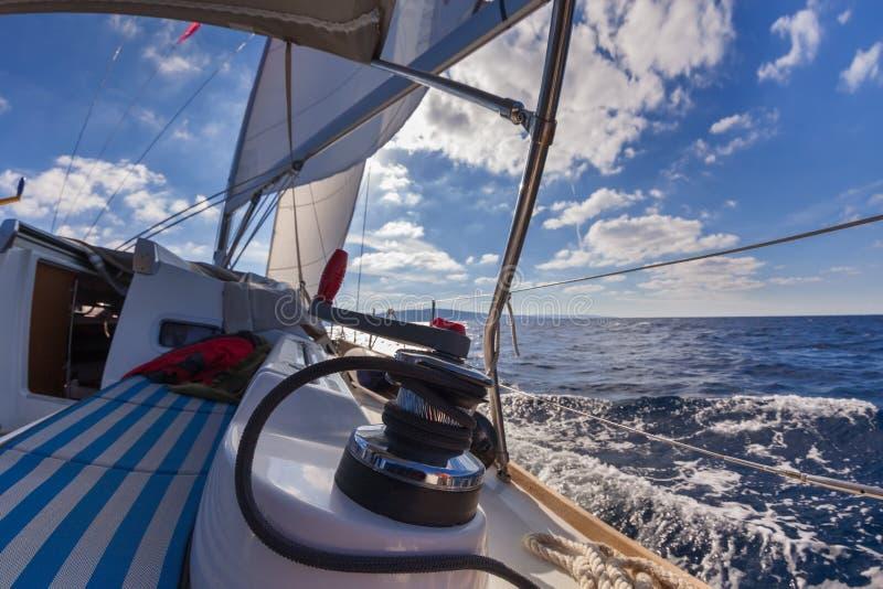 Βαρούλκο με το σχοινί στην πλέοντας βάρκα στοκ εικόνα με δικαίωμα ελεύθερης χρήσης