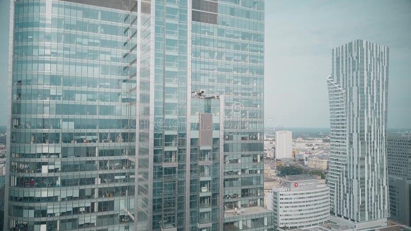 ΒΑΡΣΟΒΙΑ, ΠΟΛΩΝΙΑ - 27 ΙΟΥΝΊΟΥ 2018 Εναέρια άποψη ενός σύγχρονου ουρανοξύστη γραφείων μέσα κεντρικός στοκ εικόνες με δικαίωμα ελεύθερης χρήσης