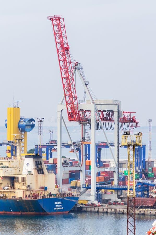 Βαρύς εξοπλισμός φόρτωσης στο θαλάσσιο εμπορικό λιμένα στοκ φωτογραφίες
