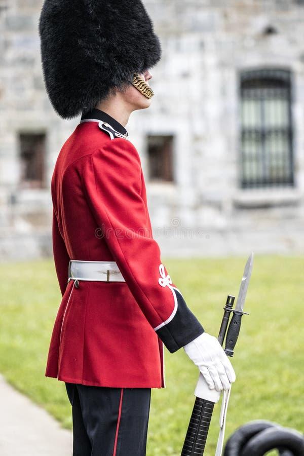 Βασίλισσες Guard που στέκονται στην προσοχή στην ακρόπολη στην πόλη του Κεμπέκ, Καναδάς κατά την άποψη πορτρέτου στοκ φωτογραφία με δικαίωμα ελεύθερης χρήσης