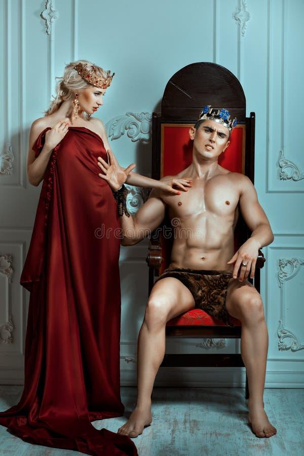 Βασίλισσα απορριμάτων χεριών βασιλιάδων με το υπεροπτικό και ξινό πρόσωπο στοκ εικόνες
