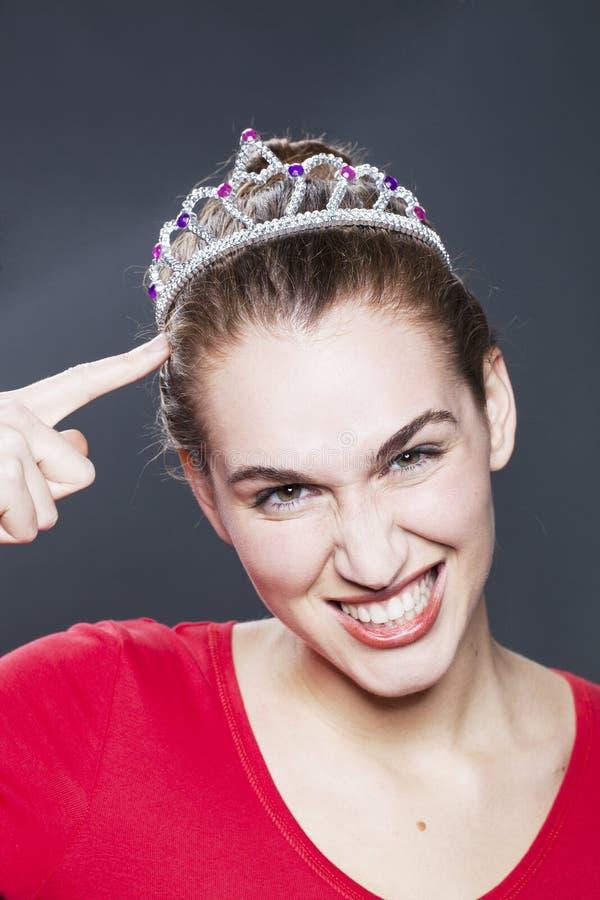 Βασίλισσα ομορφιάς που συγκλονίζεται της νίκης του διαγωνισμού ομορφιάς της στοκ φωτογραφία