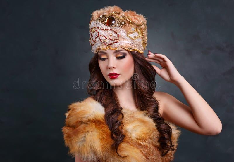 Βασίλισσα στο βασιλικό φόρεμα προκλητικό κορίτσι στο βασιλικό παλτό καπέλων και γουνών στοκ φωτογραφία με δικαίωμα ελεύθερης χρήσης