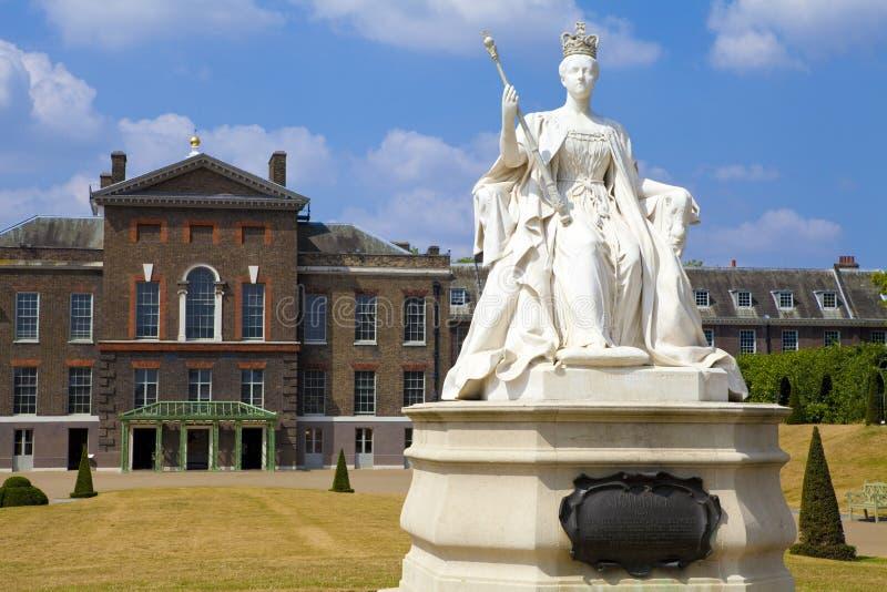 Βασίλισσα Victoria Statue στο παλάτι Kensington στο Λονδίνο στοκ εικόνα