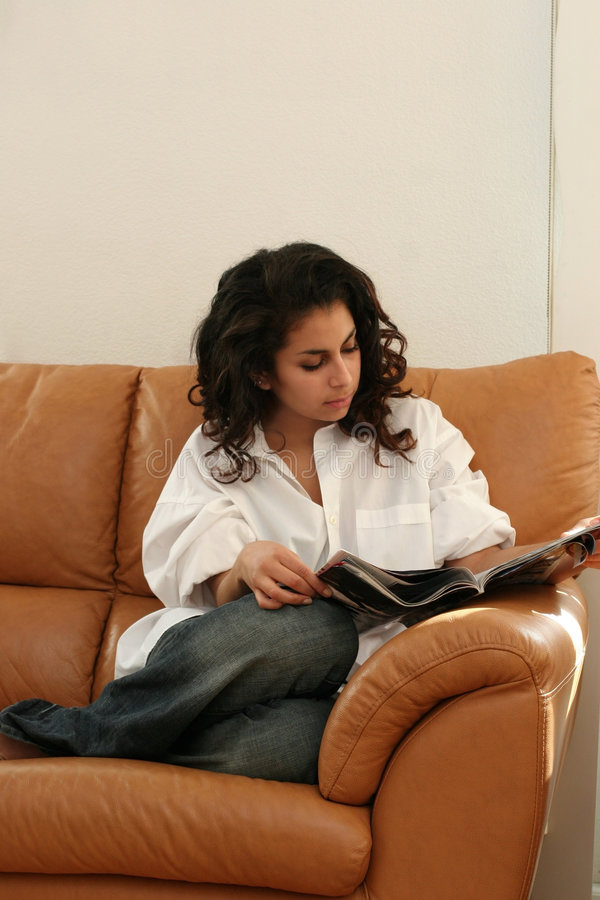 βασική ανάγνωση κοριτσιών στοκ εικόνα με δικαίωμα ελεύθερης χρήσης